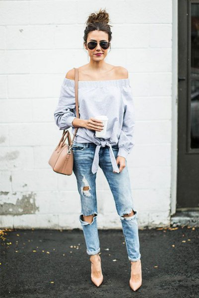 Light blue, strapless, knotted blouse with boyfriend jeans and a blushing shoulder bag