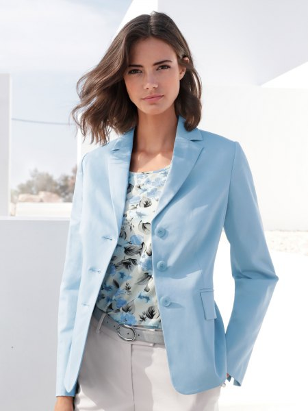 Light blue oversized blazer with a blouse with a floral print and white jeans