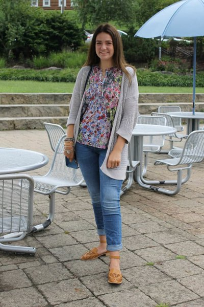 light gray cardigan with blouse with a floral pattern and jeans with cuffs
