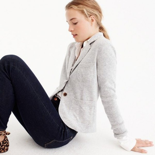 light gray jacket with a white, narrow-cut shirt and dark blue skinny jeans