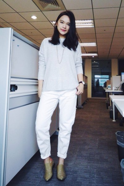 Light gray knitted sweater with white boyfriend jeans with cuffs