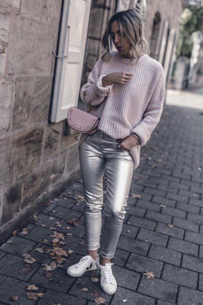 Light gray, ribbed sweater with a round neckline and silver skinny jeans