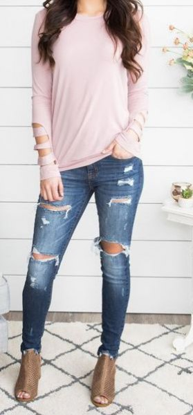 Light pink long-sleeved T-shirt with dark blue jeans and open toe boots
