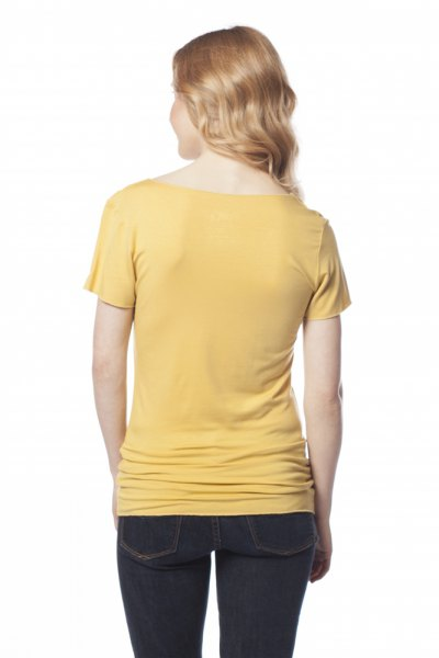 Light yellow, fitted t-shirt with dark blue skinny jeans