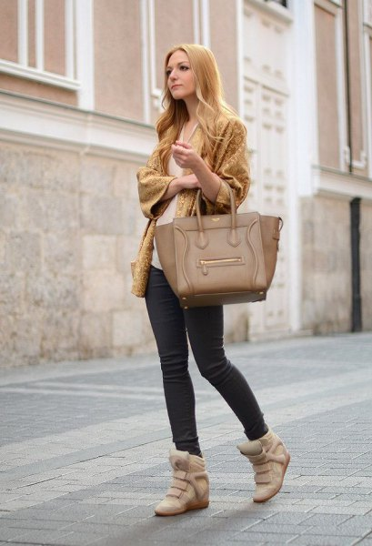 Light green cardigan with wide sleeves, skinny jeans and blushing wedge sneakers