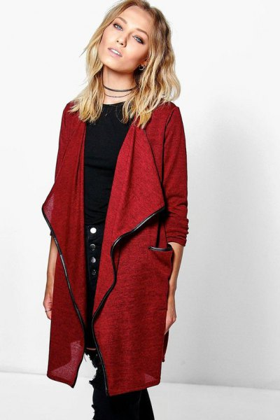 long red linen jacket with a black t-shirt with a round neckline and skinny jeans