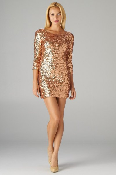 long-sleeved gold sequin dress with figure-hugging pink heels