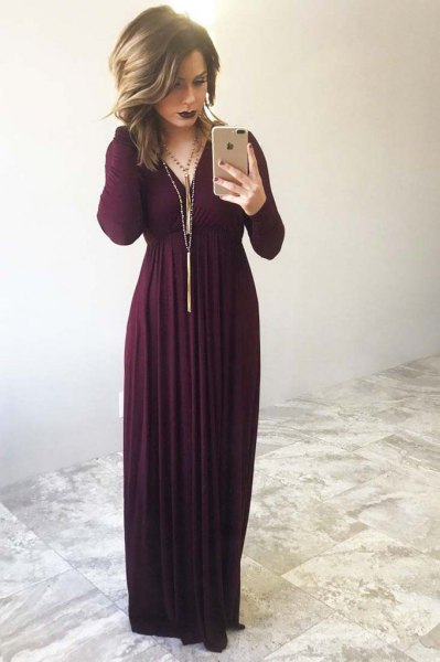 Long-sleeved maxi dress with a long fringed necklace