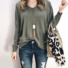 Long-sleeved V-neck top with a relaxed fit with ripped skinny jeans and a shopping bag with a zebra print