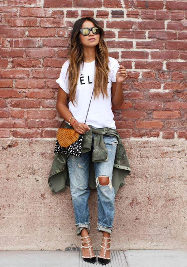 loosely bound boyfriend jeans with sandals
