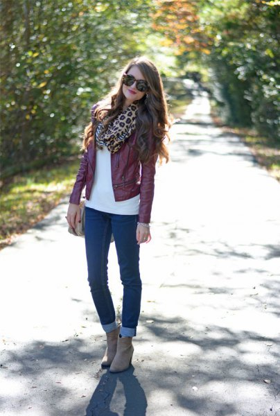 Maroon leather jacket with scarf with leopard print and skinny jeans with cuffs