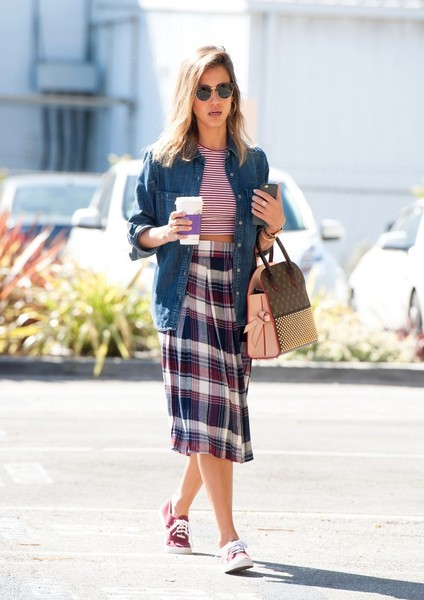 18 Celebrity Summer Outfit Ideas with Mid-Length Skirts - Styles .