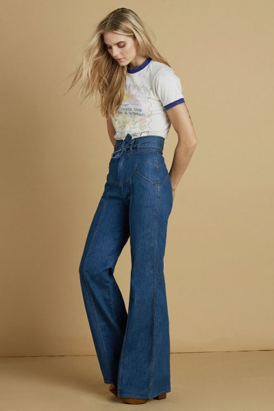 Mini print t-shirt with high waist and bell bottom jeans