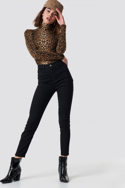 Mock-neck top with leopard print and high-waisted black skinny jeans