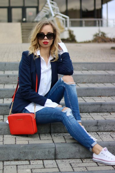 Dark blue blazer with slim fit jeans with cuffs and white sneakers