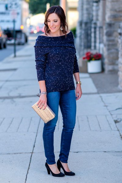Dark blue sweater with a boat neckline and skinny jeans