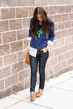 Dark blue knitted sweater with black skinny jeans and brown shoes
