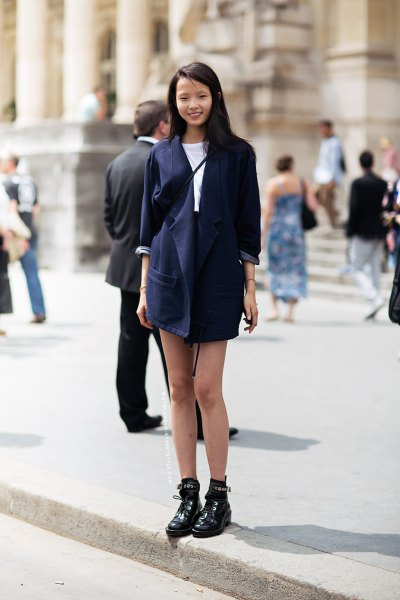Dark blue longline blazer with a white T-shirt and a high-waisted mini skirt