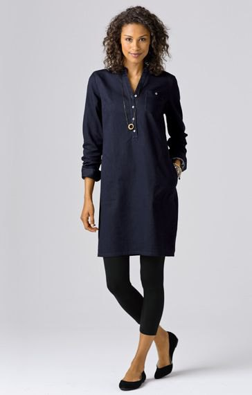 Dark blue tunic blouse with buttons and black, short-cut leggings