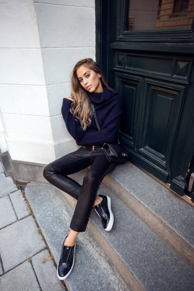 Dark blue knitted sweater with a cowl neckline and low sneakers made of black leather