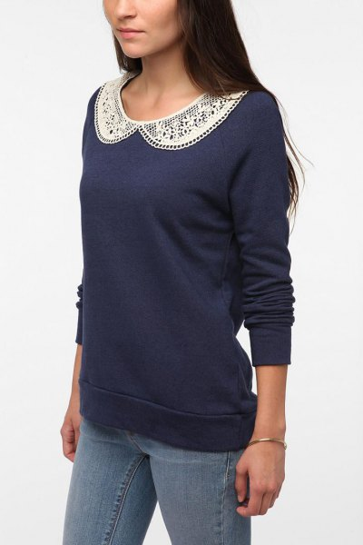 Dark blue sweatshirt with a lace collar and skinny jeans