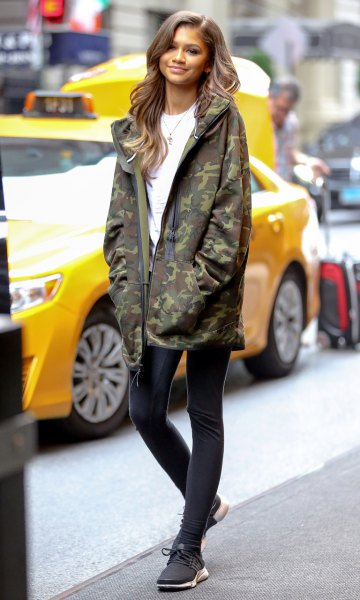 oversized camo windbreaker with white T-shirt and black skinny jeans