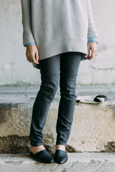 Oversized ribbed sweater with gray skinny jeans