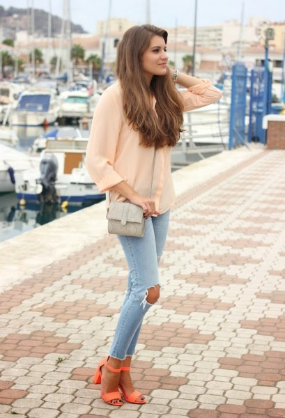 Light pink chiffon blouse with light blue skinny jeans and orange open toe heels