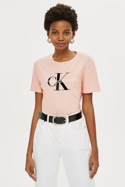 Light pink fitted graphic t-shirt with white straight leg jeans