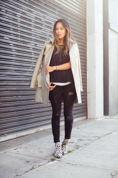 Light pink longline blazer with black skinny jeans and boots with leopard print