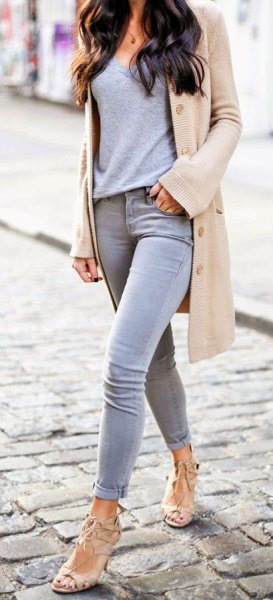 Light pink longline blazer with gray T-shirt and skinny jeans