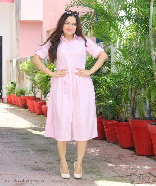 Light pink midi shirt dress with buttons and matching leather heels