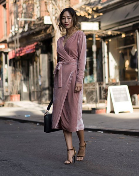 light pink wrap dress made of midi velvet with black briefcase and heels