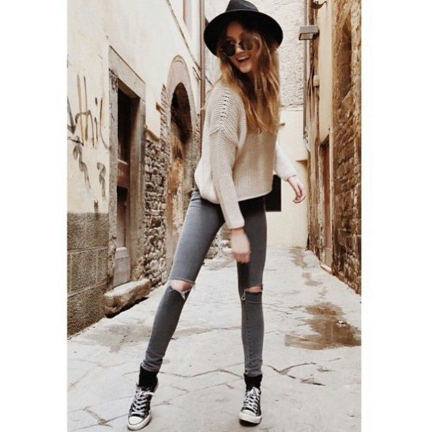 Light pink ribbed sweater with gray skinny jeans and a felt hat