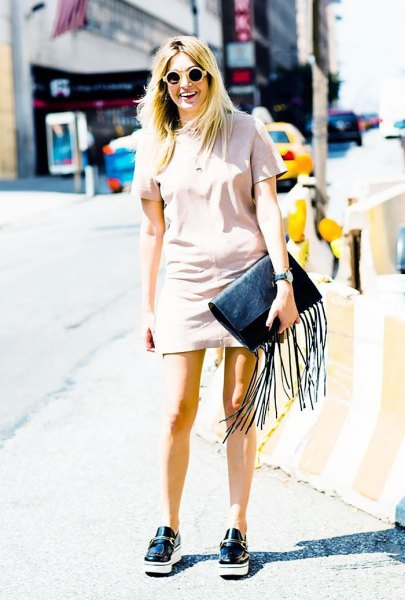 Light pink short-sleeved mini dress with black slippers