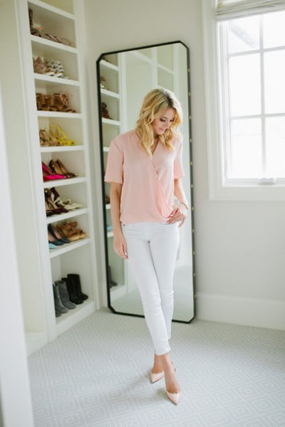 Light pink short-sleeved shirt with white skinny jeans