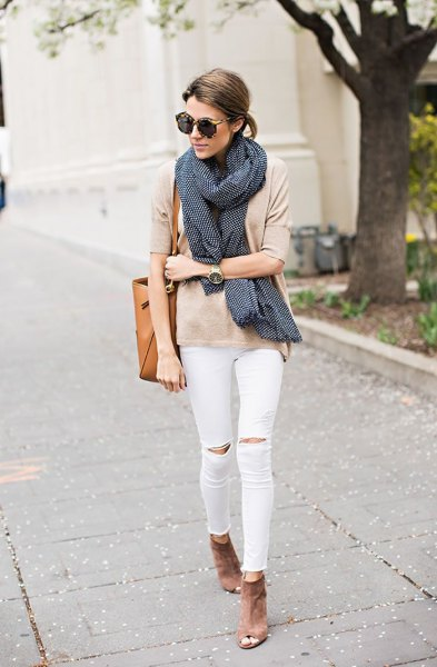 Light pink t-shirt with black scarf and white knee jeans