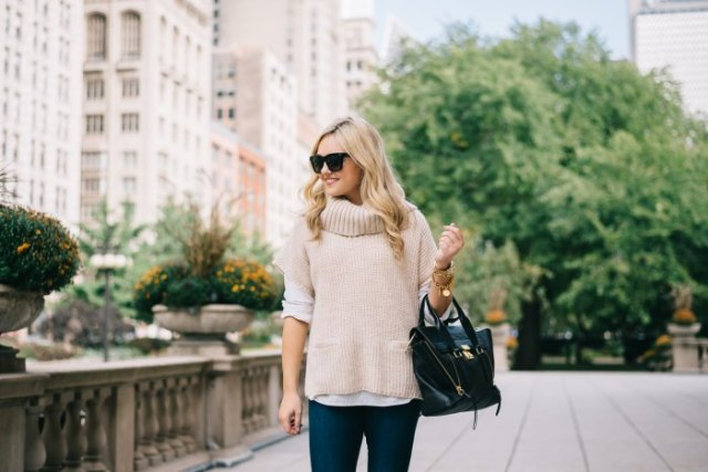 Light pink turtleneck with short sleeves and dark jeans