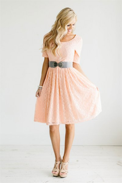 Peach short-sleeved fit with a belt and a flared knee-length dress
