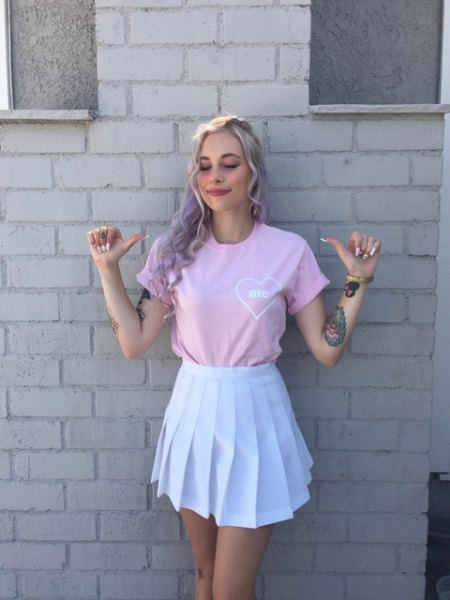 Short-sleeved t-shirt with pink cuffs and white skater mini-skirt