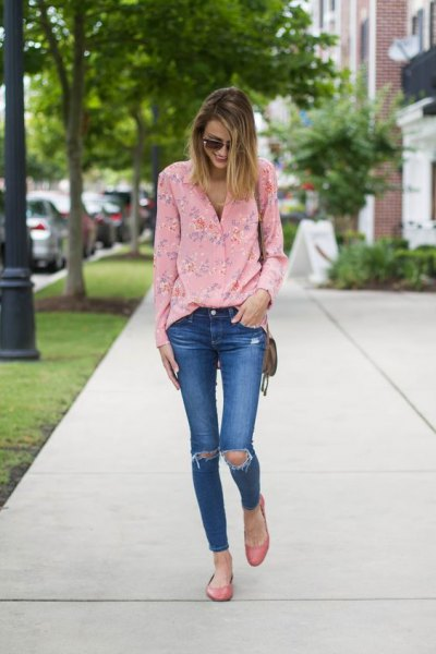 pink flower blouse with blue ripped skinny jeans