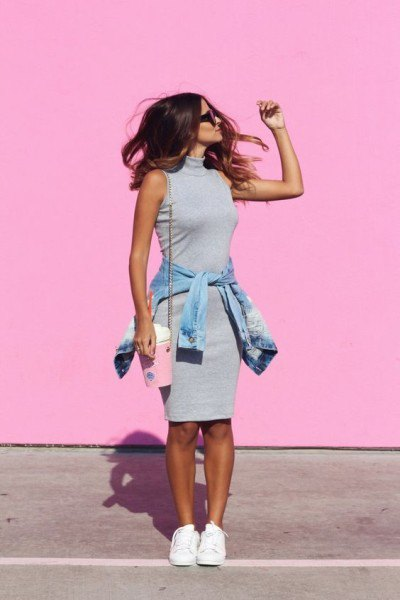 sleeveless, figure-hugging sweater dress with pink stand-up collar