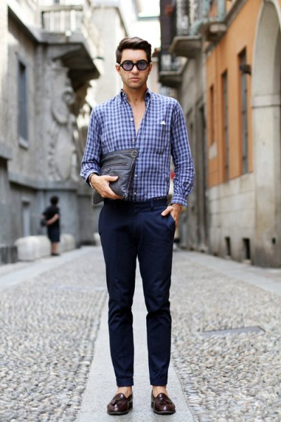 Checkered blue shirt with dark blue, narrow-cut chinos and slippers