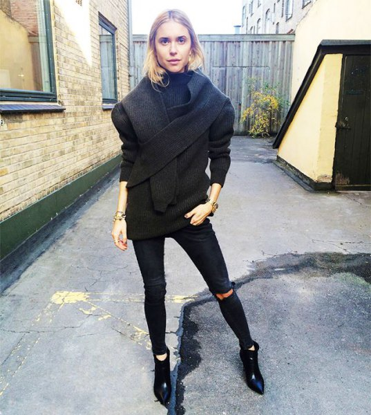 pointed toe ankle boots, black wool coat, ripped skinny jeans