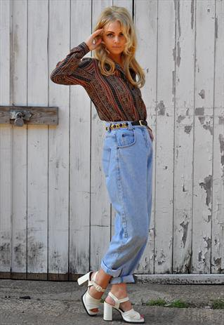 red-black printed shirt with high-waisted vintage jeans with cuffs