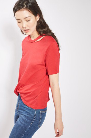 red t-shirt with blue jeans and sneakers with a slim cut