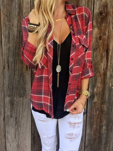 red flannel shirt with necklace in boho style and boyfriend jeans