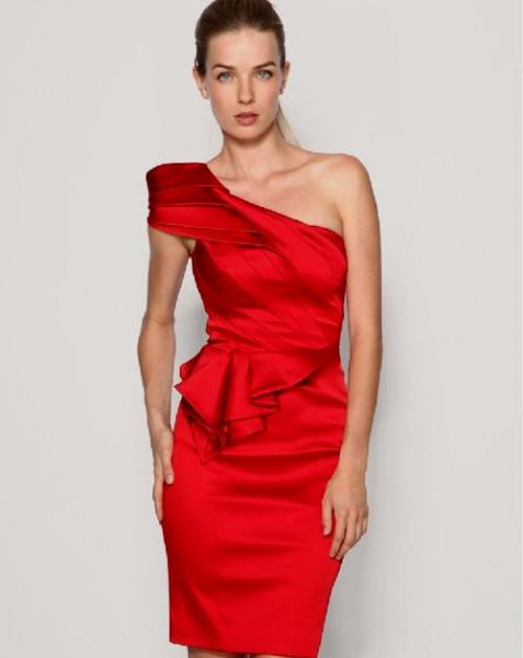 Figure-hugging dress with red puffed shoulder ruffles