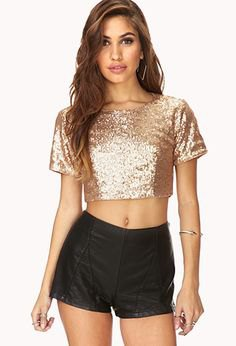 Short t-shirt in rose gold with black mini shorts