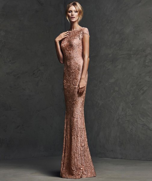 Bodycon floor-length dress made of rose gold with sequins